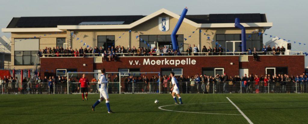Zonnepanelen op het dak van het clubgebouw van voetbalvereniging Moerkapelle